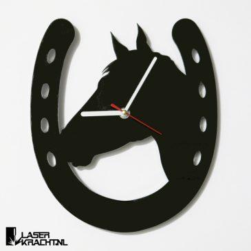 Klok wandklok paard paardrijden paardensport paarden ruiter lasersnijder lasercutter acrylaat plexiglas perspex zwart wit stil uurwerk slepende wijzer Laserkracht