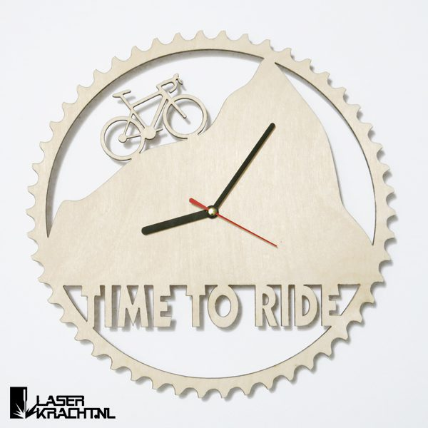 Klok wandklok wielrennen racefiets wielrenner fiets fietsen berg bergen racefietsen wielersport tandwiel kettingwiel timetoride time to ride lasersnijder lasercutter berken berkenhout stil uurwerk slepende wijzer Laserkracht