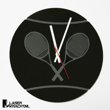 Klok wandklok tennisklok tennis tennissen tennisser tennisbal racket racket tennisracket graveren gegraveerd acrylaat plexiglas perspex zwart wit lasersnijder lasercutter stil uurwerk slepende wijzer Laserkracht