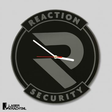 Klok maatwerk eigen logo tekst afbeelding acrylaat zwart wit lasergraveren lasersnijden graveren plexiglas laserkracht