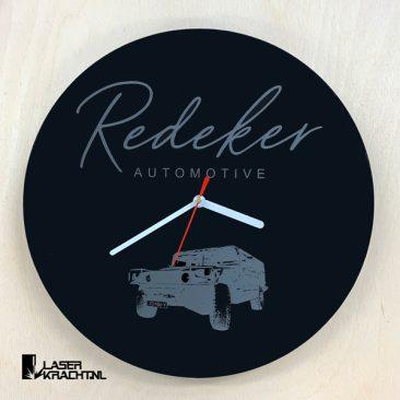 Klok maatwerk eigen logo autobedrijf acrylaat zwart wit lasergraveren lasersnijden graveren plexiglas laserkracht