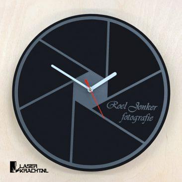Klok maatwerk eigen logo tekst afbeelding roeljonker fotografie acrylaat zwart wit lasergraveren lasersnijden graveren plexiglas laserkracht