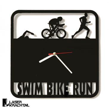 Klok wandklok triathlon swim bike run triathlonklok triatlon iron man zwemmen fietsen wielrennen hardlopen marathon acrylaat plexiglas perspex zwart wit lasersnijder lasercutter stil uurwerk slepende wijzer Laserkracht