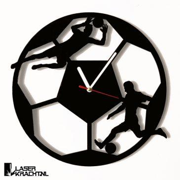 Klok wandklok voetballer voetballen voetbal doelman keeper mancave acrylaat plexiglas perspex zwart wit lasersnijder lasercutter stil uurwerk slepende wijzer Laserkracht