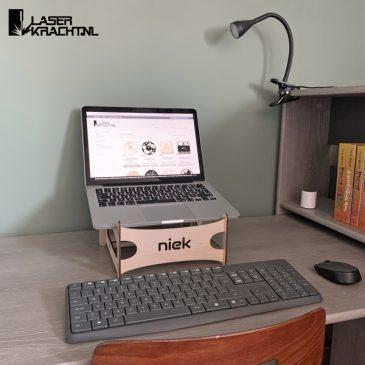 Laptopstandaard met naam gepersonaliseerd hout laptop standaard steun cadeau kado cadeautje kadootje thuiswerken werken laserkracht